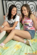 Amateur Lesbians Getting Horny - pics 00