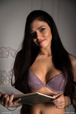 Sexy Girl Elina Dee Naked Reading - pics 01
