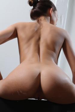 Sexy Michaela Isizzu Bubble Bath - pics 00