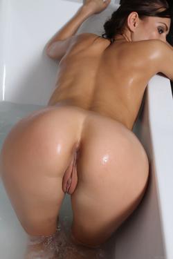 Sexy Michaela Isizzu Bubble Bath - pics 14
