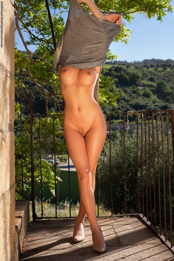Delicious Babe Nici Dee Outdoors - pics 02