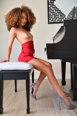 Cecilia Lion: Fashionable in Red - pics 04