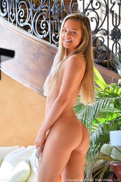 Blonde Serena Dressed to Tease - pics 12