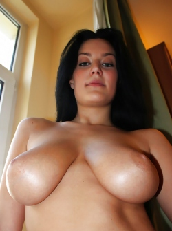 Beautiful Girl with Natural Boobs Squeezes her Big Knockers
